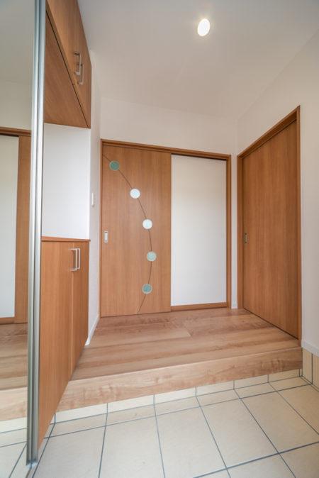 LDKの入口扉は、LIXILのCF3というデザイン。サークルの明かりとり窓が可愛いデザインです。