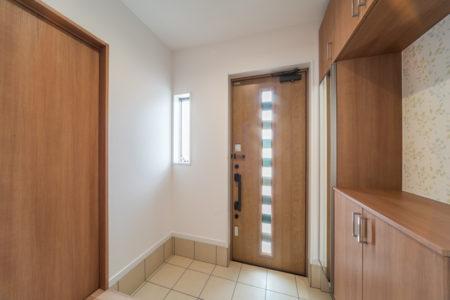玄関ドアは、断熱玄関ドア・ジエスタのF21型クリエラスク色。