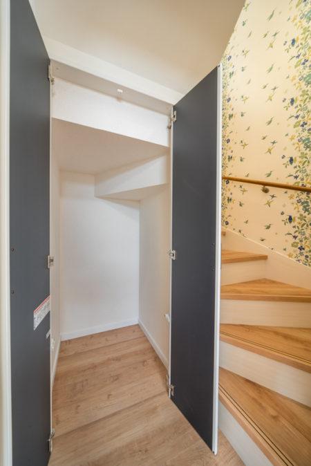 こちらの階段下収納は掃除機や季節外の扇風機などをしまっておくのにちょうどいいですね。
