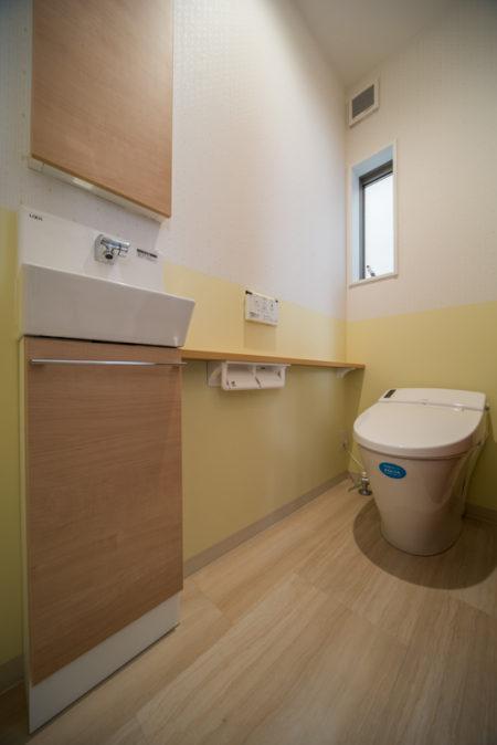 1階のトイレはLIXILのベーシアハーモJタイプ。