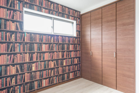 こちらは子供室♪アクセントクロスは「リザーブ」RE-2783という品番。本をぎっしり本棚に詰めたような、遊び心のあるデザインクロスです。