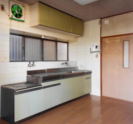 既存のタイル壁、システムキッチン、ガスコックなどを全て撤去