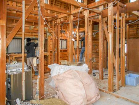 1階のキッチンエリアの解体作業