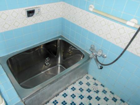 既存のお風呂は、タイル仕上げと浴槽がステンレス仕上げのお風呂です。