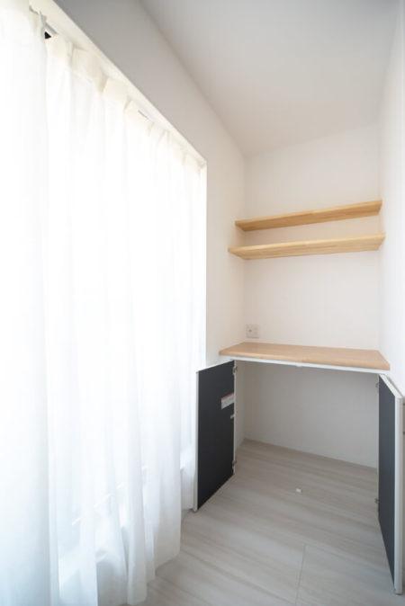 間取りプランでご提案させていただいた、作り付けのテレビ台と収納スペース+飾り棚。