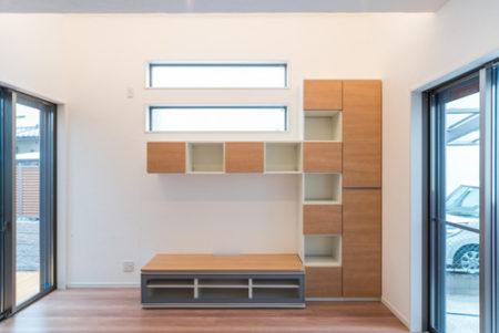 ダイケンのテレビボード(TVコーナー) MiSEL。上部の高窓との高さ加減がバッチリ合う組み合わせでご主人が考えられました。