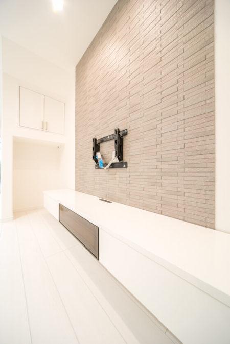 せっかく壁にテレビ架台を取り付けスッキリまとめたのに、配線が見えては台無しです。「テレビ本体」と「テレビボードの中のレコーダー」をつなげられるように、壁の中に配管スペースを作っています。