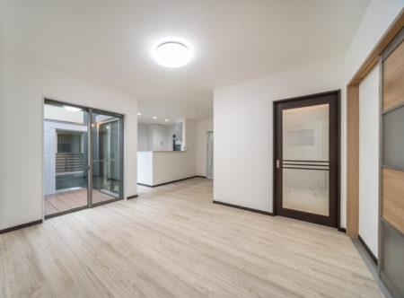 LDKに隣接したウッドデッキスペースをとって、部屋の大きさ以上に開放感を感じれる間取りにしたい