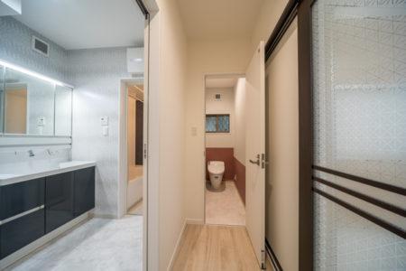 階段室からは、洗面室とトイレにつながっています。