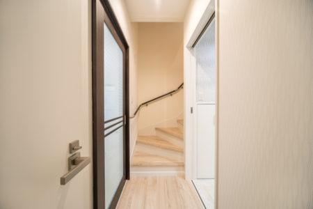 階段はゆったりめの15段上がりきり。階段が14段→15段上がりきりになるだけで、上り下りするときの感覚が全然違います!