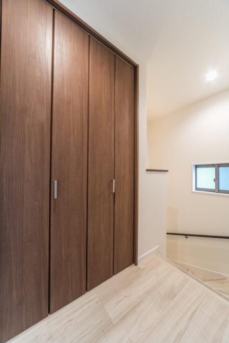 階段上収納で、空間はフル活用!2階ホールに面したこの収納は、掃除機なども収納する予定です。