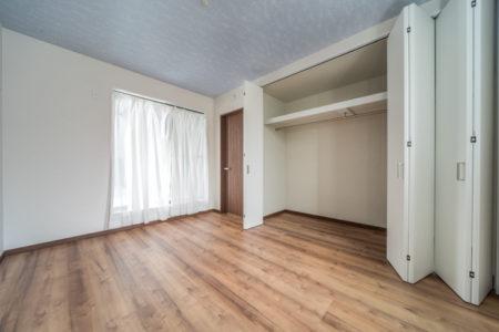 ご夫婦の寝室には、幅広のクローゼット