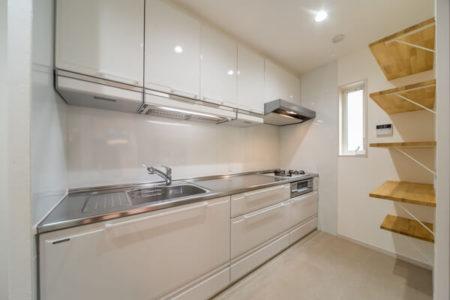 キッチンは独立タイプで、扉を閉めれば個室に。調理の臭いが他室へ行かないよう配慮しています。