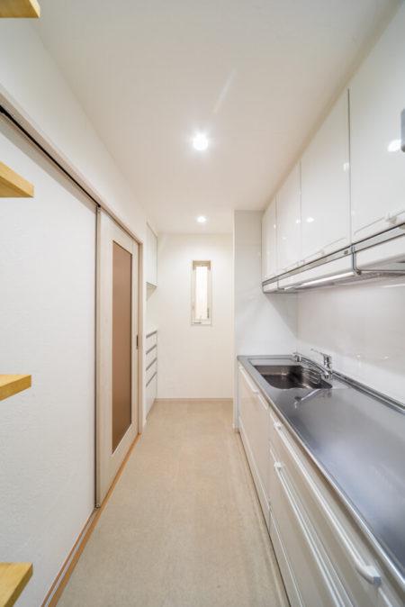 キッチンは約4.5帖の独立型。4帖のキッチン+カップボードがぴったり納まるように設計しました。