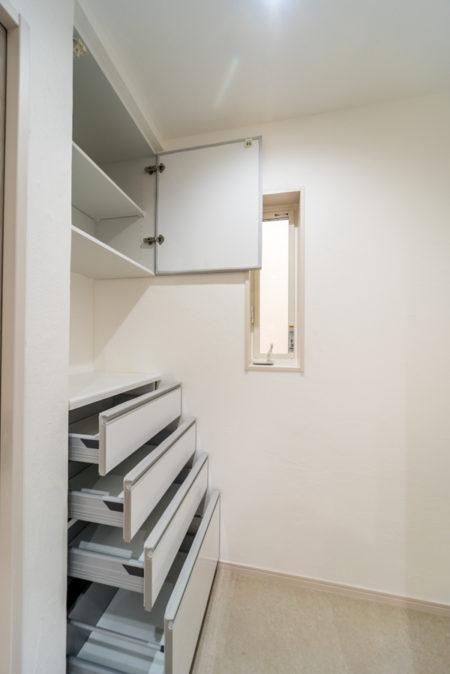 カップボードはタカラスタンダードの「エマージュ 幅600mm ハイカウンターの4段引き出しタイプ」と「吊戸棚」のセットです。