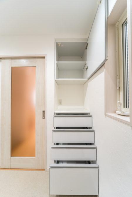 キッチン室の扉は、一面ガラスタイプをセレクトされました。キッチンの仕切り扉:ダイケン 片引き戸 5P ネオホワイトカラー