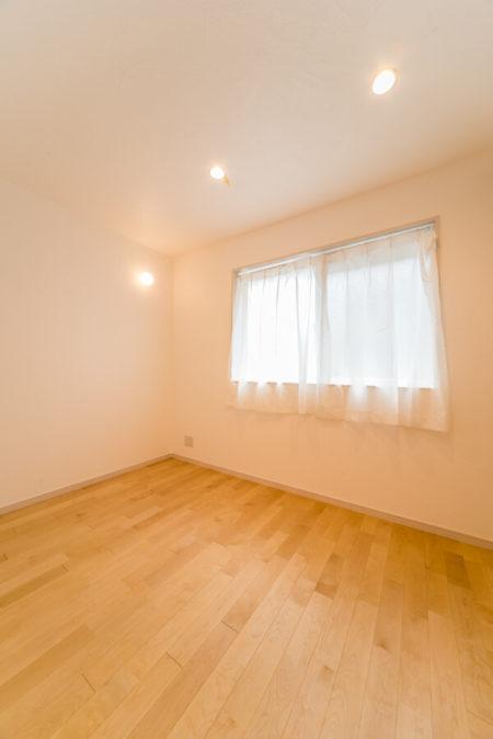 ホールからつながるダイニングは6帖。この部屋の床材も無垢のフロア、壁と天井は漆喰塗りです。