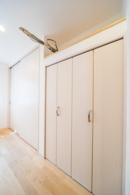 収納の上にスペースを設けたのはエアコンを設置するため。こうすることでエアコンの凹凸がなくなり室内空間がスッキリ。