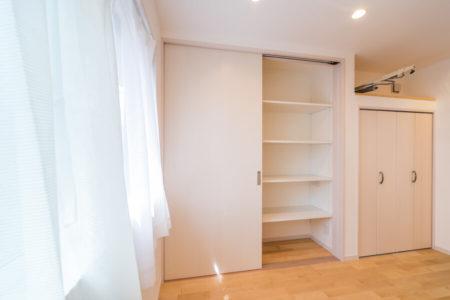 ダイニングには壁面収納を設けています。家電類は収納内部に納め、空間美を保ちたいということで、TVやデッキなどもこの壁面収納の中に置かれる予定です。