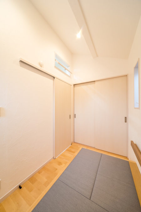 この部屋にはロフトを設けました。天井は勾配天井になっていて、3.5帖の部屋に開放感をもたらしています。