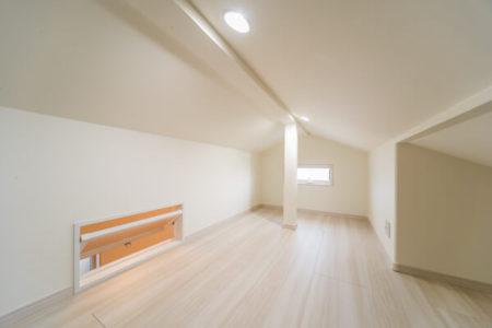 ロフトは扉上に取り付ける用途のランマ窓を設けて、窓を開けて部屋へ通気できるように設計しました。