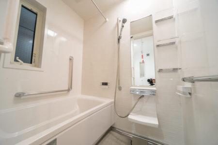L型手すりを配置したタカラスタンダードの浴槽