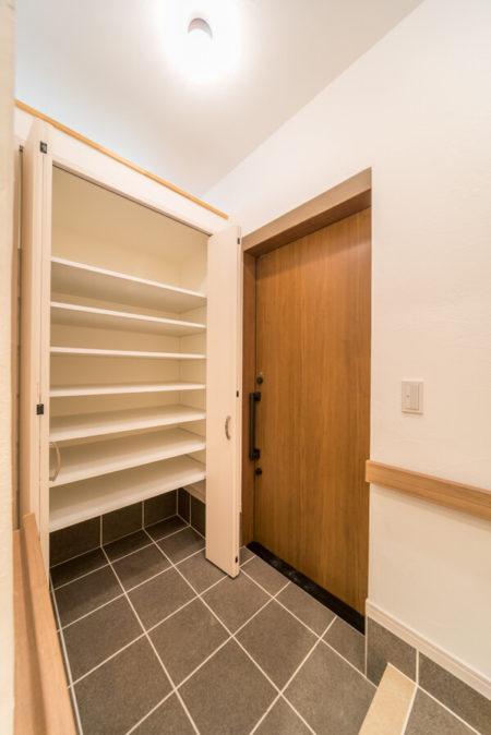 玄関土間はタイルをシューズクローゼットの床まで貼り伸ばし、汚れたモノも気兼ねなく収納できるように