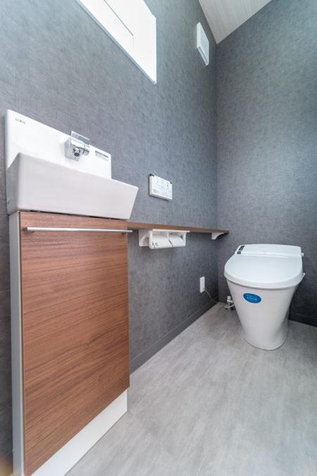 床と天井は同系の色とデザインをセレクト。シックなトイレ空間に仕上っています。