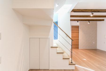 階段の吹抜けている空間を利用し、窓からLDKに光を取り込んでいます。