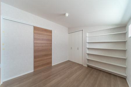 お子さんのお部屋には、本棚を造作。天井まで本や小物をならべることができます。