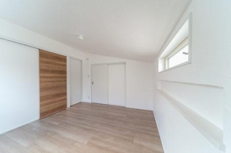 寝室の壁面は無添加住宅のしっくい仕上げ