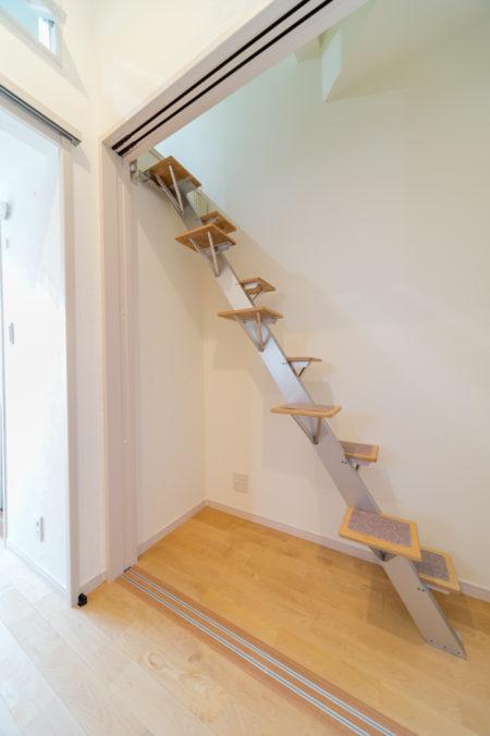 ロフトへ上がる片足づつ脚を運べる階段