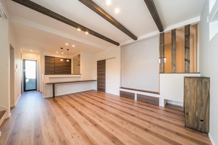 大阪M邸 – リビングと一体利用できる小上がり兼収納付き畳コーナー