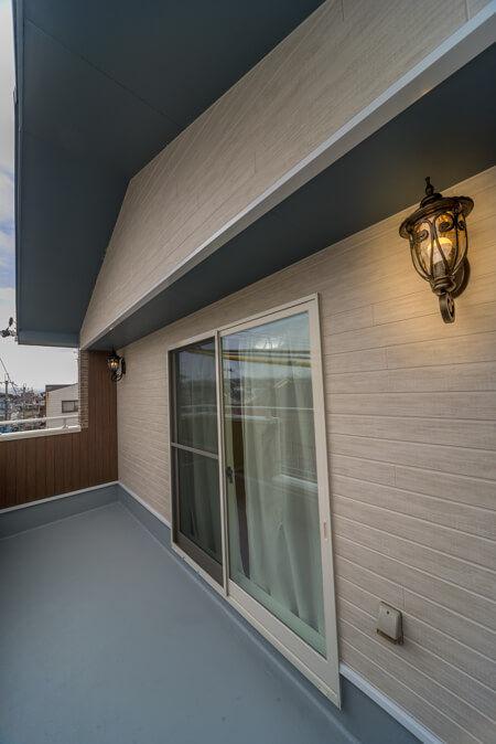 バルコニーに洋風ビンテージなイメージの照明を2灯