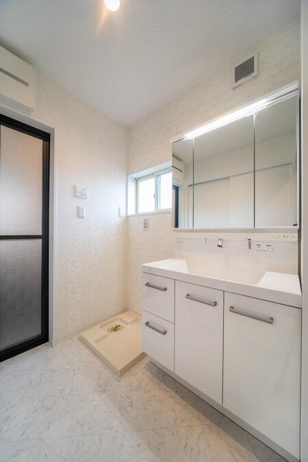 洗面室の床は大理石調のタイルで上品感のある仕上がりとしました。
