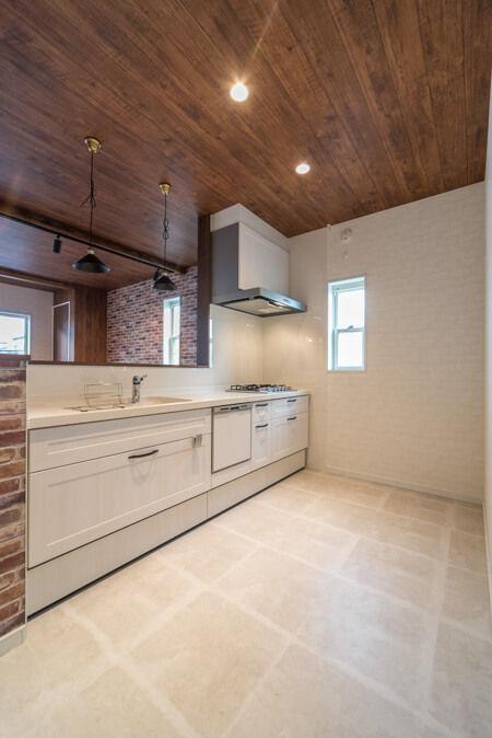 キッチンの床は、サンゲツの【フロアタイル モルタルブロック】