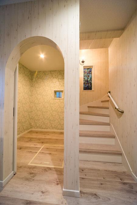 玄関を上がると、アーチ型の出入口の納戸