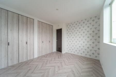 3階の寝室は、LIXILのフレンチヘリンボーン・ホワイトオーク色