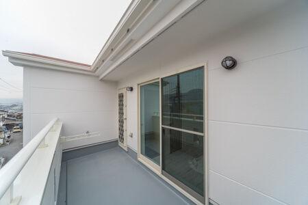 ファミリープールも置ける広々バルコニーは、ホールからと子供室からの出入りが可能