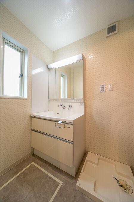 壁面には、水ハネしても拭き取りやすい、マグネット小物置きも設置できる「ホーローサイドパネル」を貼りました。