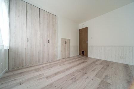 収納の扉はフロアと合わせたホワイトオーク色(LIXIL・ラシッサDパレット)を採用