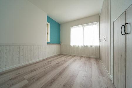 こちらの洋室は腰板貼りのようなアクセントクロスとベット際のカウンターが特徴的!