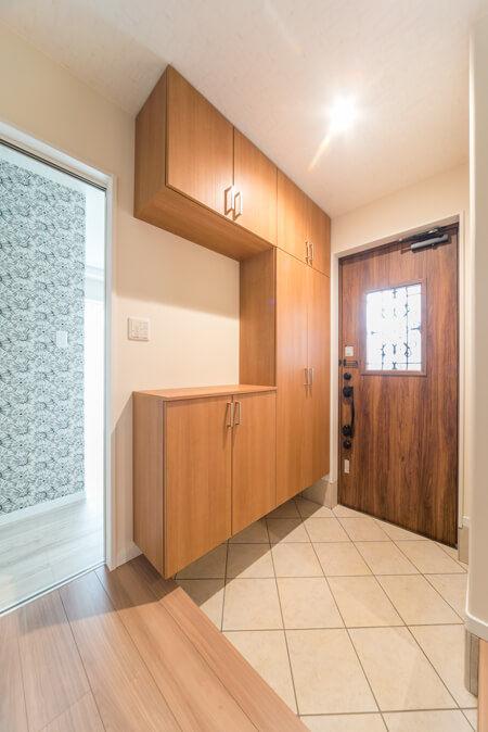 玄関ドアは、LIXILの断熱玄関ドア「ジエスタ」D41型