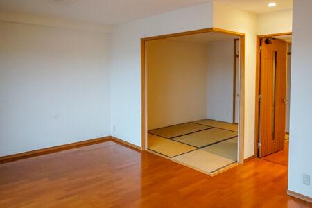 リフォーム前はリビングと和室が扉(襖)で仕切られていてリビングが手狭な感じでした。