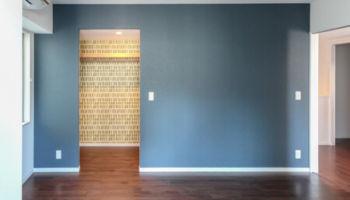 主寝室と続いているウォークインクローゼットの扉を撤去して、開口部を広げました。