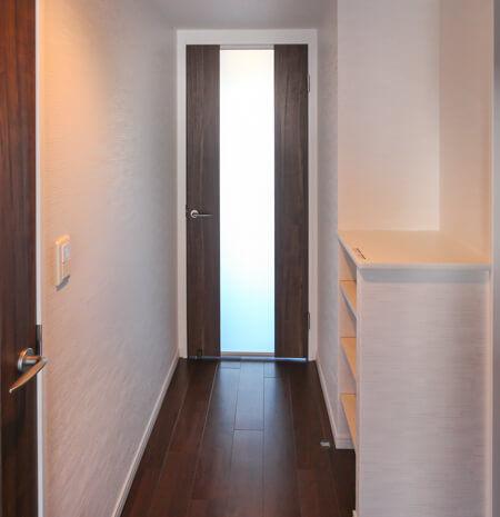 リビングとホールの扉は、半透明の扉をご提案。