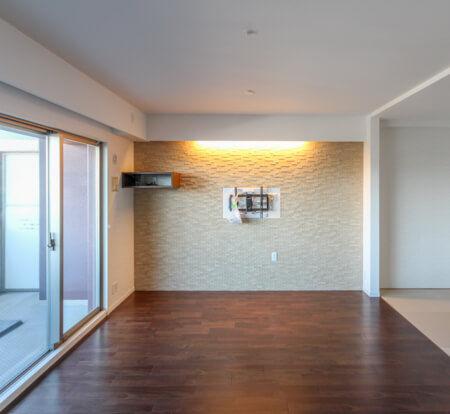 LDKの壁一面にエコカラットをご提案。そこに壁掛けテレビですっきりとした空間を確保しました。