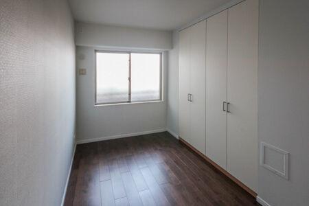 各洋室の床も無垢床(ウォールナット)を施工。壁紙をホワイト色にすることでお部屋全体が明るくなりました。