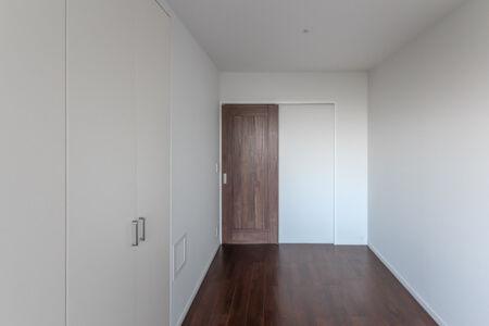 室内建具をウォールナット色をベースに、建具枠はホワイト、巾木もホワイトをご提案。