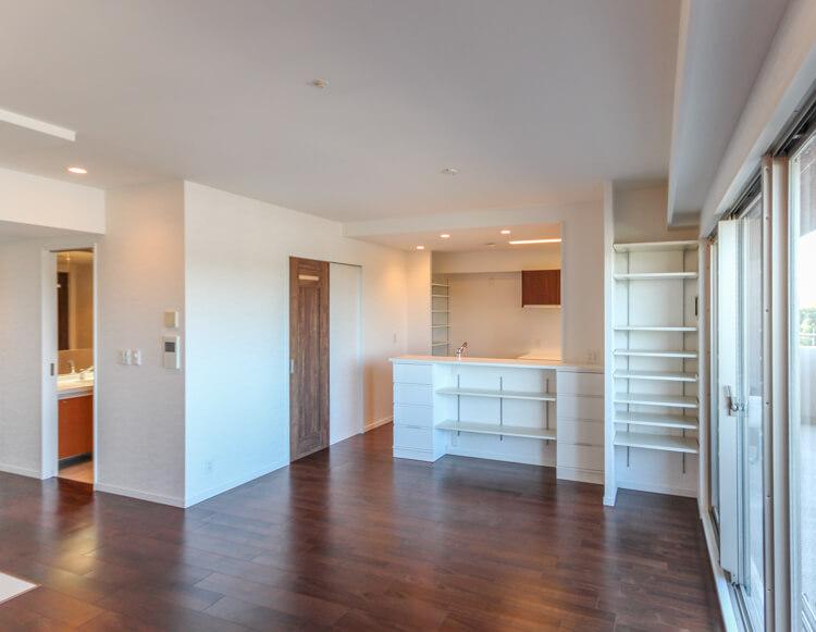 大阪Y邸 – マンションの部屋が清潔でシックな大空間に